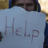 写真:「助けて」と言えない人が近くに居ませんか?
